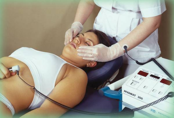 DEEP OSCILLATION® applied in this case by the \'hands-on\' method with the HIVAMAT 200®. The therapist is connected to the device by an adhesive pad - the patient by the neutral bar.